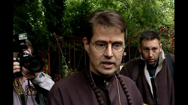 vídeos de stock e filmes b-roll de hindu monks resist attempts to remove bull with tb for slaughter brother alex talking to press sot - tuberculose