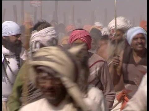 vidéos et rushes de hindu pilgrims take part in the maha kumbh mela. - fête religieuse