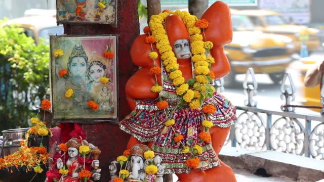 stockvideo's en b-roll-footage met a hindu shrine on the streets of calcutta, india. - calcutta