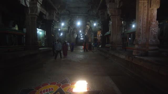 vídeos y material grabado en eventos de stock de hindu temple sri ekambaranathar indoors steadicam shot - templo