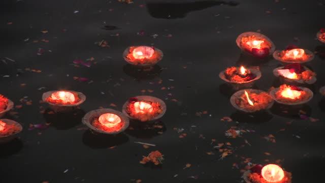 cu, pan, hindu votive candles (diya) floating on ganges river, varanasi, uttar pradesh, india - spirituality stock videos & royalty-free footage
