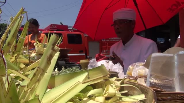 vidéos et rushes de hindus in bali island celebrate tumpek landep - a day that people place flowers and special foods on the tools like car, motorcycle, bicycle, knife... - bali