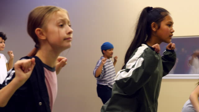 vidéos et rushes de ms hip hop dance group dancing together in studio during practice - pratique