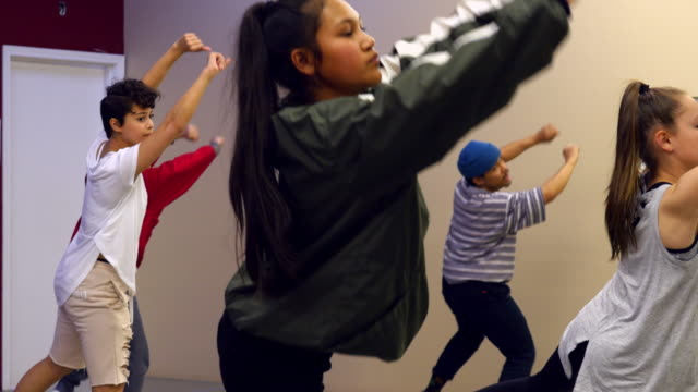 stockvideo's en b-roll-footage met ms hip hop dance group practicing routine in dance studio - dance studio