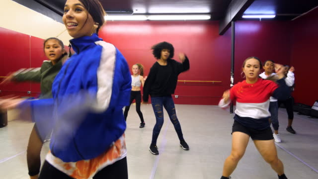 stockvideo's en b-roll-footage met ms hip hop dance instructor leading class in dance studio - dance studio