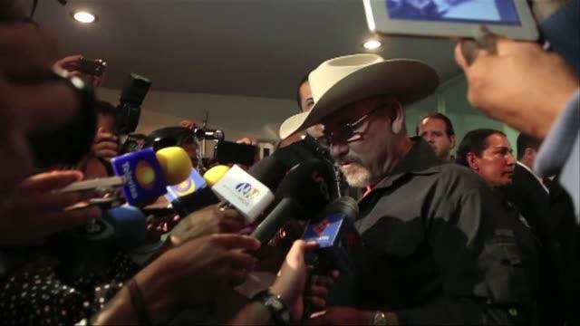 vídeos de stock, filmes e b-roll de hipolito mora uno de los fundadores y jefes de los grupos de autodefensa que combaten al narcotrafico en mexico fue excarcelado despues de que un... - fundador
