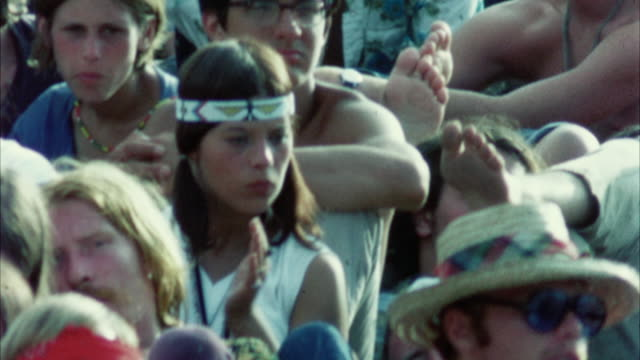 montage hippie audience at woodstock festival / bethel, new york, usa - anno 1969 video stock e b–roll