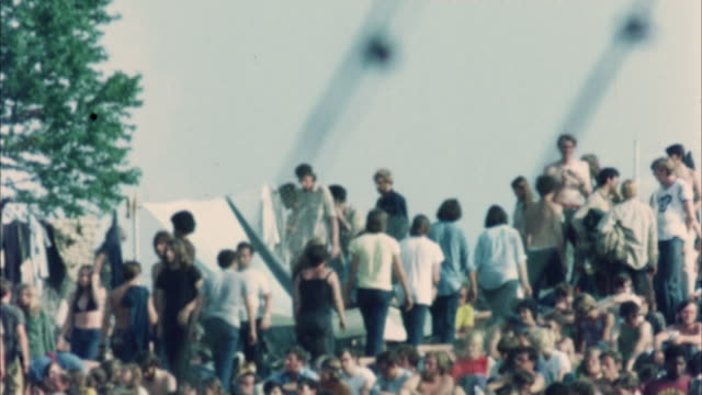 ws tu hippie audience at woodstock festival / bethel, new york, usa - anno 1969 video stock e b–roll