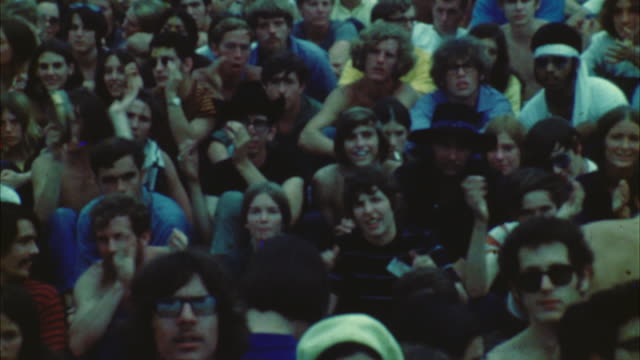vídeos de stock e filmes b-roll de zi ms pan hippie audience at woodstock festival / bethel, new york, usa - 1969