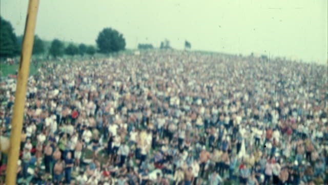 ws ha pan hippie audience at woodstock festival / bethel, new york, usa - anno 1969 video stock e b–roll