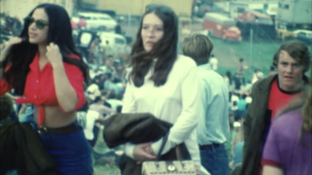 ms cu selective focus hippie audience at woodstock festival / bethel, new york, usa - 1969年点の映像素材/bロール