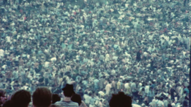 ws ha td hippie audience at woodstock festival / bethel, new york, usa - 1969年点の映像素材/bロール