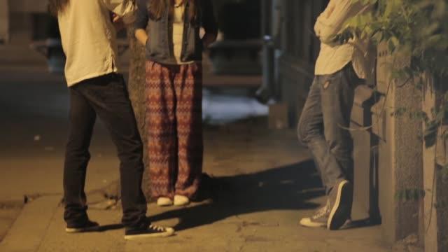 vídeos de stock, filmes e b-roll de amiguinhos, conversando e rindo numa rua - casal jovem