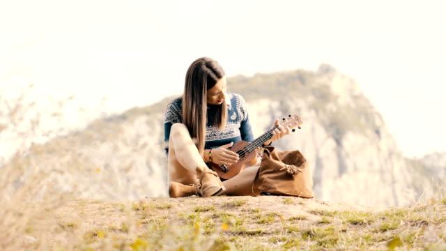 vídeos de stock, filmes e b-roll de ukulele jogando de hippie menina - ukulele