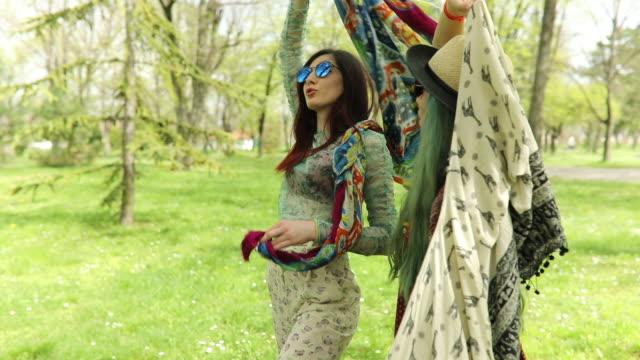 vídeos de stock, filmes e b-roll de hippie meninas dançam - cabelo verde