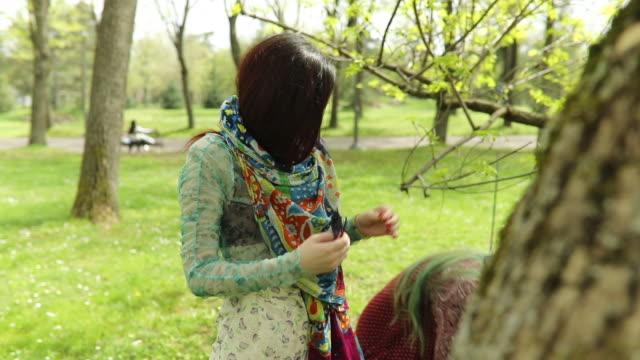 vídeos de stock, filmes e b-roll de ar livre meninas de hippie - cabelo verde