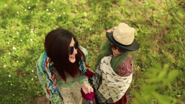 vídeos de stock, filmes e b-roll de meninas de hippie posando para uma câmera - cabelo verde