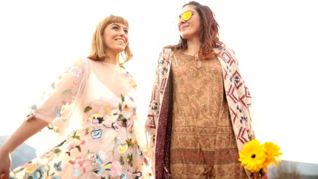 vídeos y material grabado en eventos de stock de hippy niñas - vestido