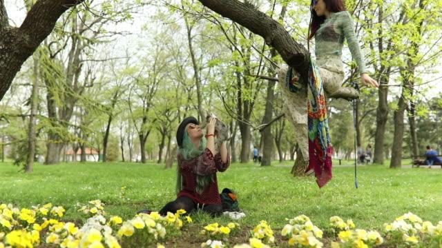 vídeos de stock, filmes e b-roll de vida de hippie - cabelo verde