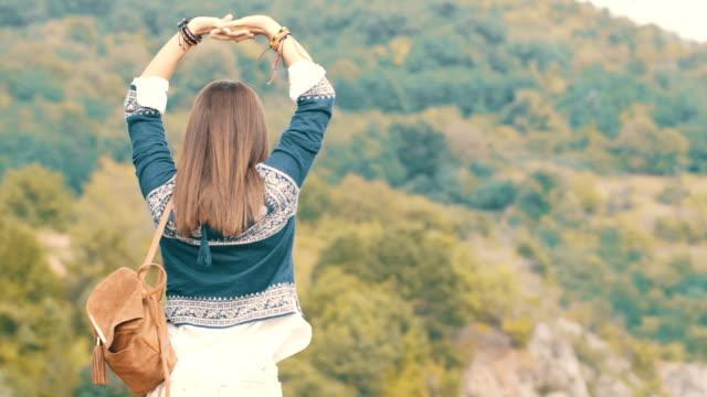 Hippie-Frau am Berg genießen
