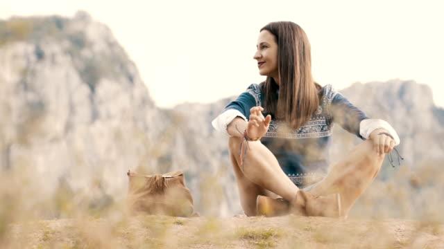 hippie-frau am berg genießen - shorts stock-videos und b-roll-filmmaterial