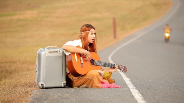 stockvideo's en b-roll-footage met hippie woman playing music - 70 79 jaar