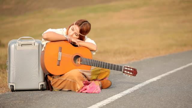 Hippy mujer sentada en una campiña calle