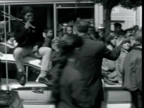 vídeos de stock e filmes b-roll de hippies trying to give police officers flowers / police arrive at happening in haight ashbury get out of paddy wagon and try to break up crowds /... - maça