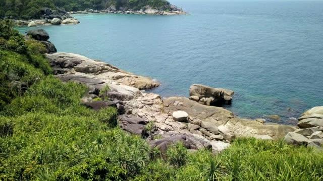 vidéos et rushes de hippo rock at boulder island in andaman sea near ranong thailand, myanmar. - boulder rock