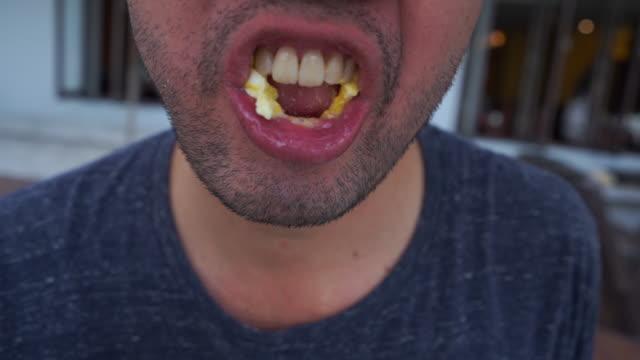 vidéos et rushes de personne de hanche mâchant oeuf frit - mâcher