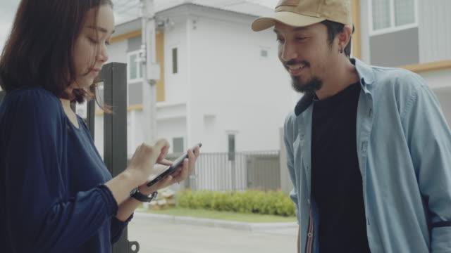 vídeos de stock, filmes e b-roll de homem asiático do hipster que entrega o alimento ao repouso. - receber