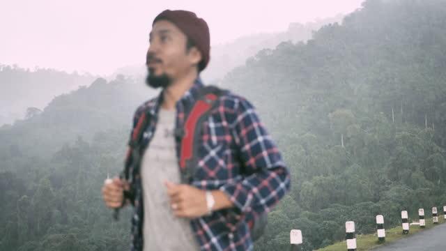 ヒップスターアジアの男の旅行者の森の冒険。 - バックパック点の映像素材/bロール