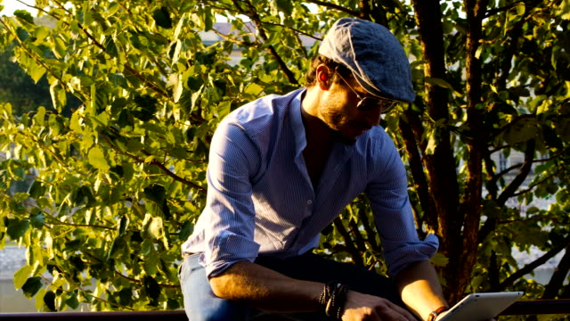 vidéos et rushes de hipster, homme d'affaires en travaillant sur tablette - se reposer