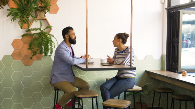 vidéos et rushes de hipster couple sitting together in coffee bar - hipster personne