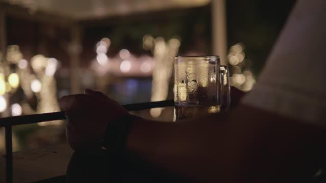 ヒップスターはバーでビールを飲みます。 - 飲酒運転点の映像素材/bロール