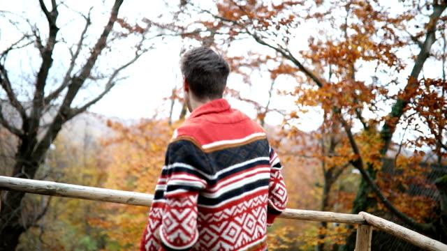Hipster geniet herfst