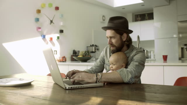 vidéos et rushes de hipster family at home - hipster