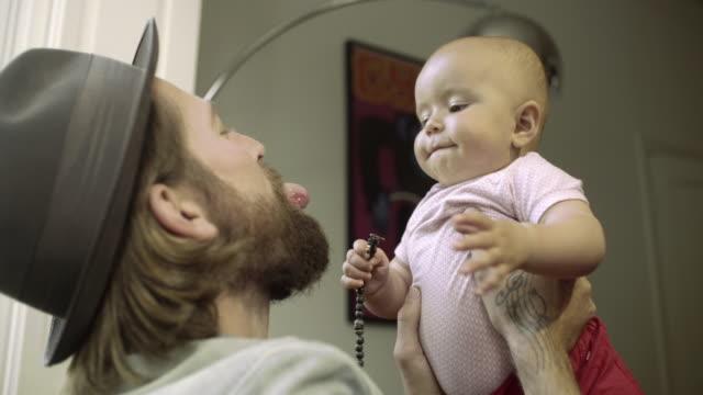 vidéos et rushes de hipster family at home - barbe