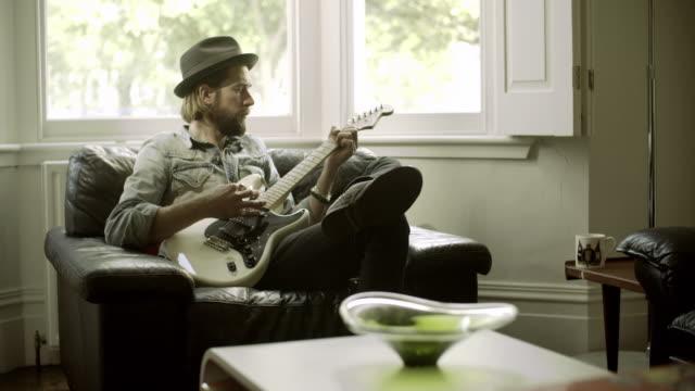 vidéos et rushes de hipster family at home - guitare électrique