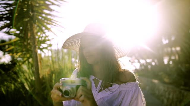 Hipster Mädchen fotografieren unter Palmen