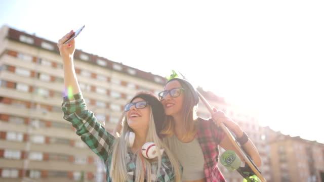 Hipster vriendinnen nemen een selfie in stedelijke stad kader