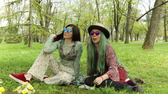vídeos de stock, filmes e b-roll de garotas hipster na primavera - cabelo verde