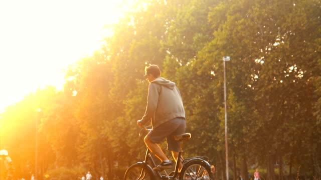 Hipster Mann auf seinem Fahrrad auf dem Rasen