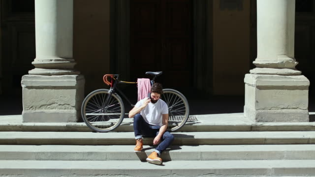 vídeos de stock e filmes b-roll de hipster guy with bicycle in florence, italy - toscana