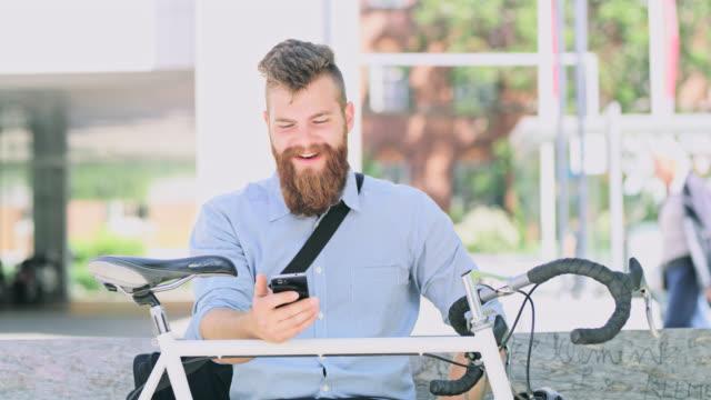 DS-Hipster mit einem Video rufen Sie in der Stadt im freien