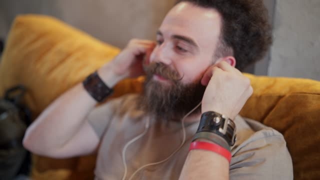 vídeos de stock e filmes b-roll de hipster listening relaxing music in coffee shop - masculinidade moderna