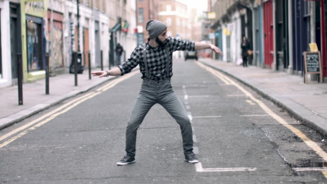 vídeos de stock, filmes e b-roll de hipster male dancing in urban city street, looping video in 4k - atitude
