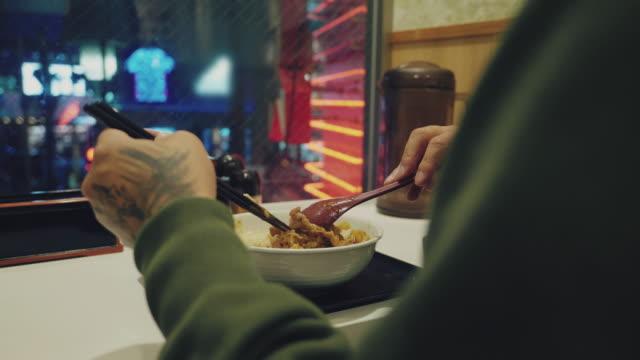 日本のオムレツカレーライスを食べるヒップスターマン - カレー料理点の映像素材/bロール