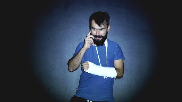 stockvideo's en b-roll-footage met hipster man hebben grappig telefoongesprek - arm lichaamsdeel