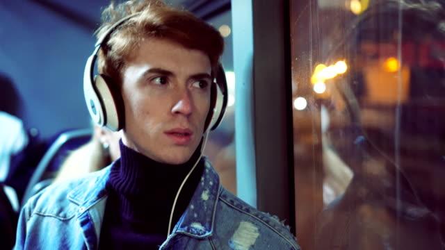 vídeos de stock, filmes e b-roll de hipster cara ouvindo música no ônibus - ônibus